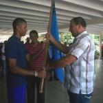 El capitán y jugador de cuadro Humberto Bravo recibe la bandera.