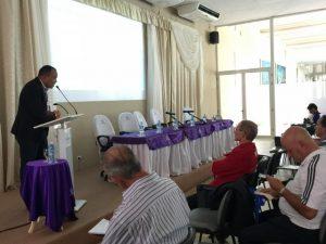 Hugo Beltre imparte conferencia sobre daños de una postura incorrecta.