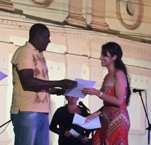 Locutora Geidy Quintana Arredondo recibe su premio