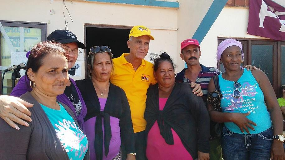 """El Rector de la UC, Santiago Lajes Choy, compartió también con habitantes de """"La Gloria""""."""