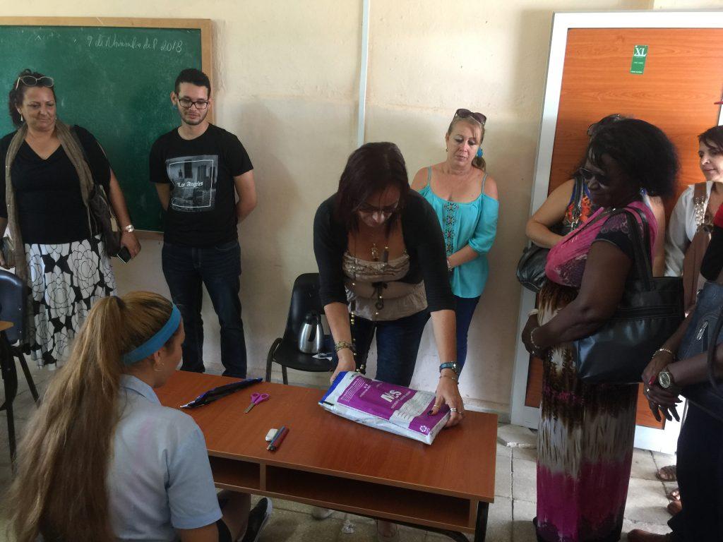 Directivos de la Facultad de Comunicación y Lengua como muestra de la transparencia de este ejercicio, abren pruebas selladas desde La Habana delante de padres y estudiantes.