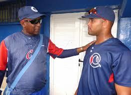 A la izquierda, Orlando González director del equipo Camagüey en la Serie Nacional de Béisbol.