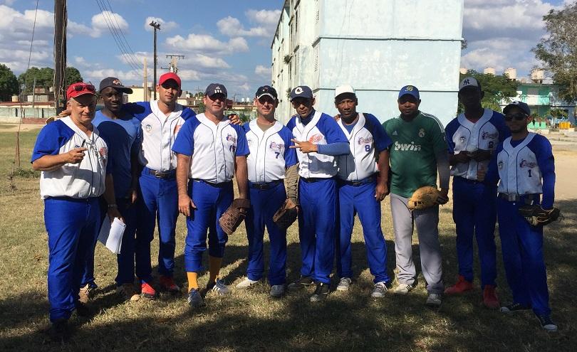 Parte del equipo de softbol de la Universidad de Camagüey.